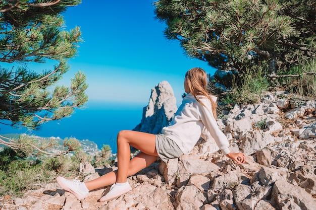 崖の海岸の端に屋外の小さな子供 Premium写真