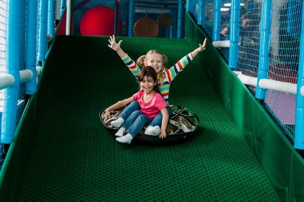 遊んでいる小さな子供 無料写真