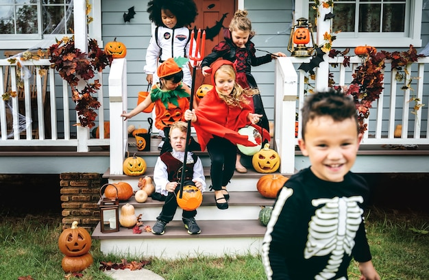 Little kids trick or treating Free Photo