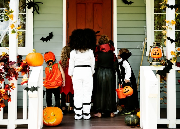 Little kids trick or treating Premium Photo
