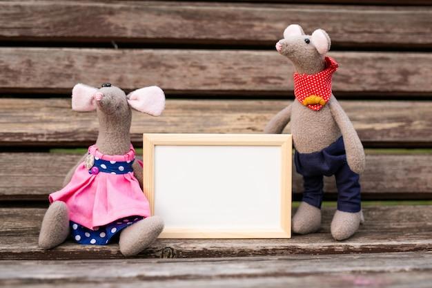 Маленькая игрушка мыши, символ китайского счастливого нового 2020 года в синем платье и новый год украшения. Premium Фотографии