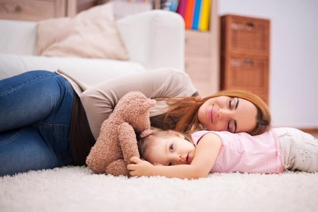 피곤한 엄마와 아기를위한 낮잠 무료 사진