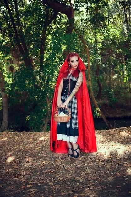 Красная шапочка и серый волк. современная интерпретация сказки Premium Фотографии