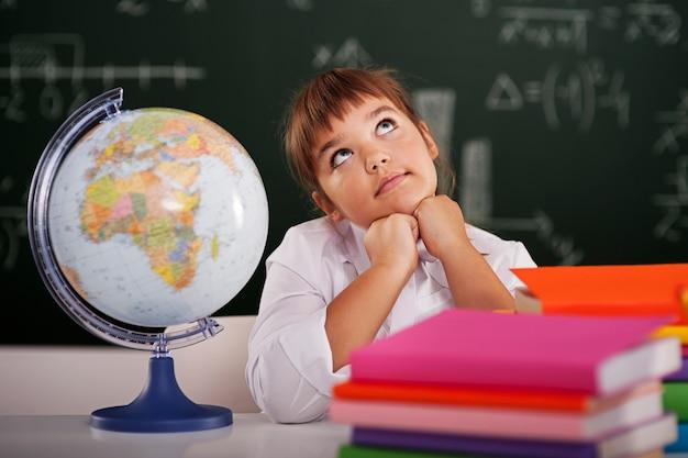 Piccola scolara che sogna in aula Foto Gratuite