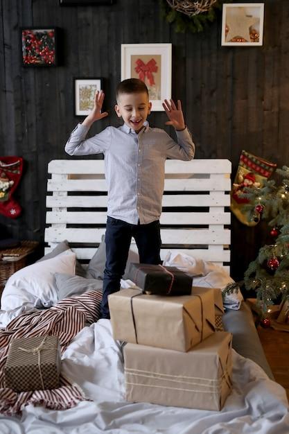 クリスマスプレゼントで少しショックを受けた少年 無料写真