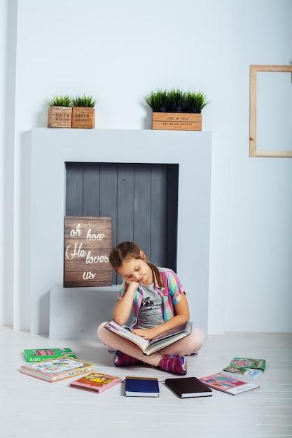 Маленький студент читает книгу. концепция воспитания и детства. Premium Фотографии