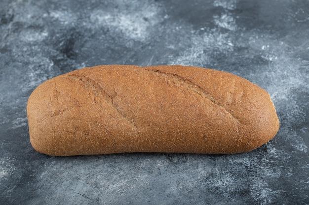 白い背景で隔離のパンの塊。全粒粉パン。水平フレーム。スタジオ。高品質の写真 無料写真