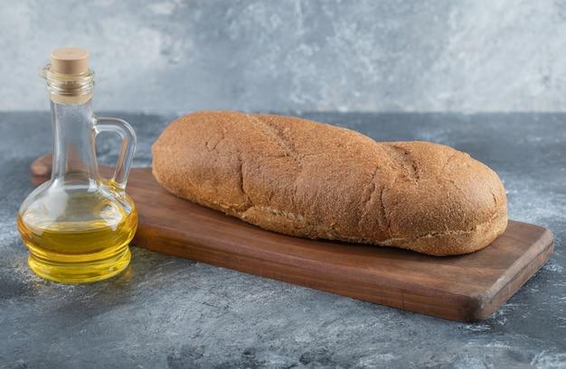 木の板に一斤のパン。高品質の写真 無料写真