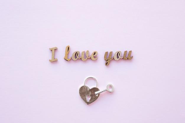 Lock and key near i love you writing Free Photo
