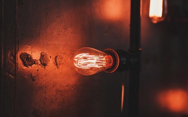 에디슨 램프가있는 로프트 램프 프리미엄 사진
