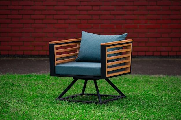 파란색 쿠션이있는 로프트 스타일 라운지 안락 의자, 잔디밭에 가구 무료 사진