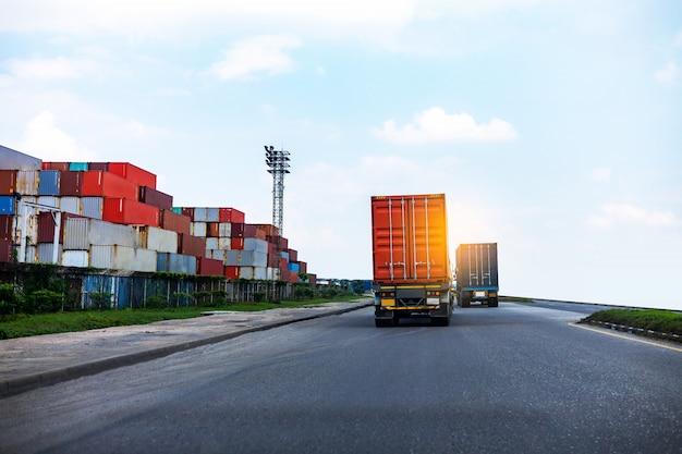 港のビジネス概念の船港logistics.transportation業界で赤いコンテナートラックの背面図。 Premium写真