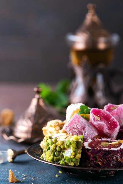 ミントとトルコの歓喜lokumと紅茶の様々な部分とボウル Premium写真