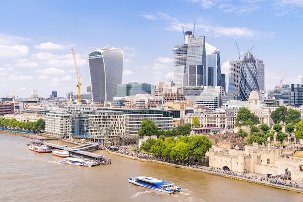 London downtown with river thames Premium Photo