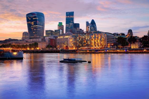 London financial district skyline sunset Premium Photo