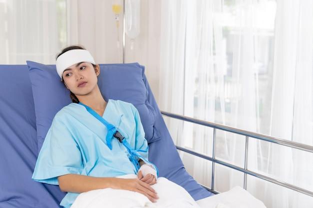 病院のベッドの患者の孤独な事故患者傷害女性は帰宅したい-医療コンセプト 無料写真