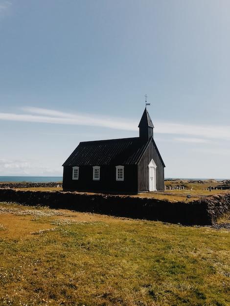 Одинокая церковь в солнечный день Premium Фотографии