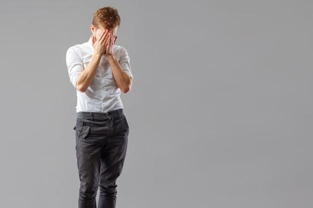 Одинокий скорбящий парень страдает от разочарования. Premium Фотографии
