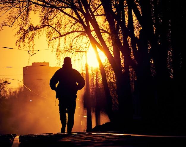 路上で孤独な男 Premium写真