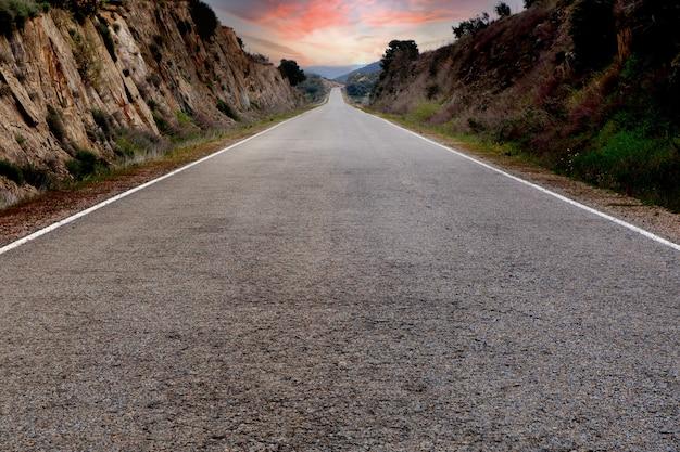 見事な空を背景にした孤独な道 Premium写真