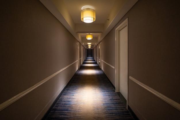 호텔 내부의 길고 어두운 복도 프리미엄 사진