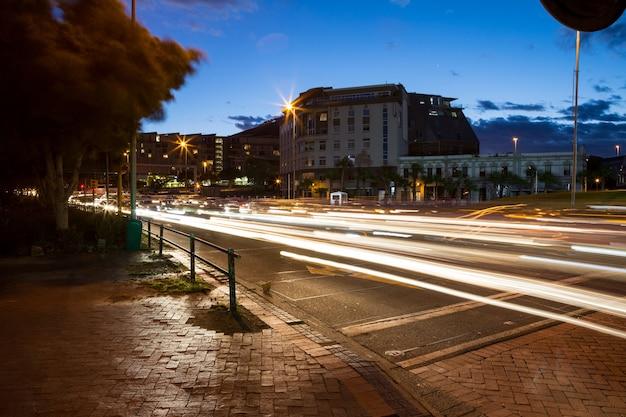 도시에서 거리의 긴 노출 무료 사진