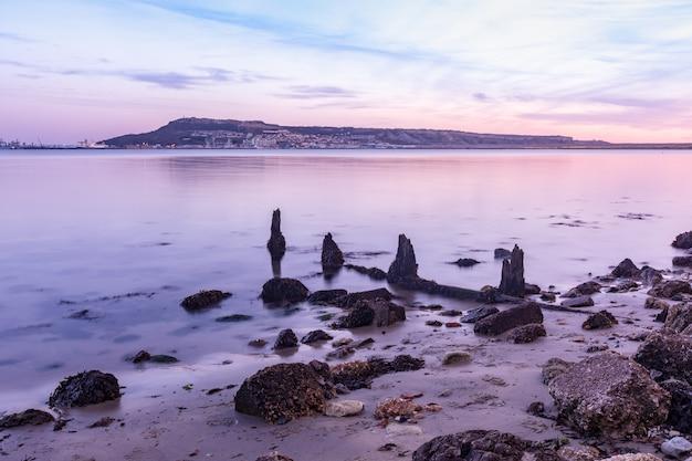 Снимок с длинной выдержкой камней на берегу недалеко от портленда, уэймута, дорсет, великобритания Бесплатные Фотографии