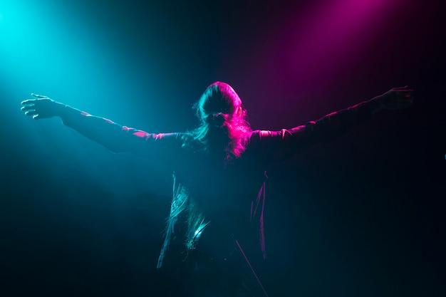Artista di capelli lunghi sul palco Foto Gratuite