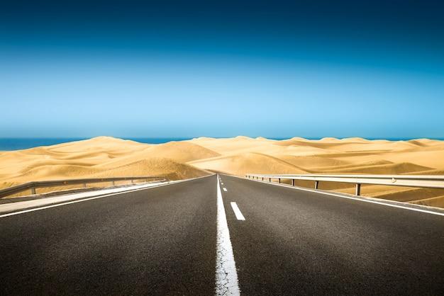 砂漠の長い道のり Premium写真