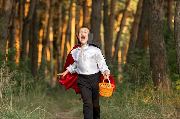 Campo lungo del ragazzo in costume da dracula Foto Gratuite