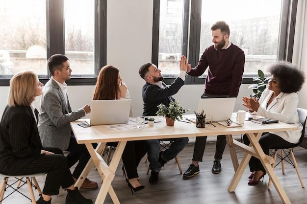Colpo lungo di uomini d'affari in ufficio Foto Gratuite