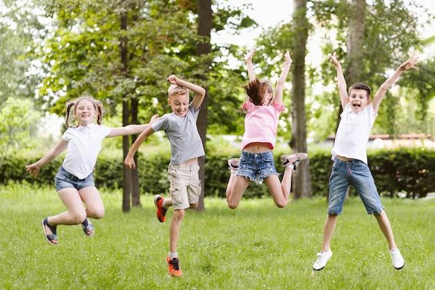 一緒にジャンプロングショットの子供たち 無料写真