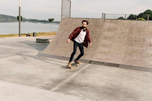 Long shot of man at skate park Free Photo