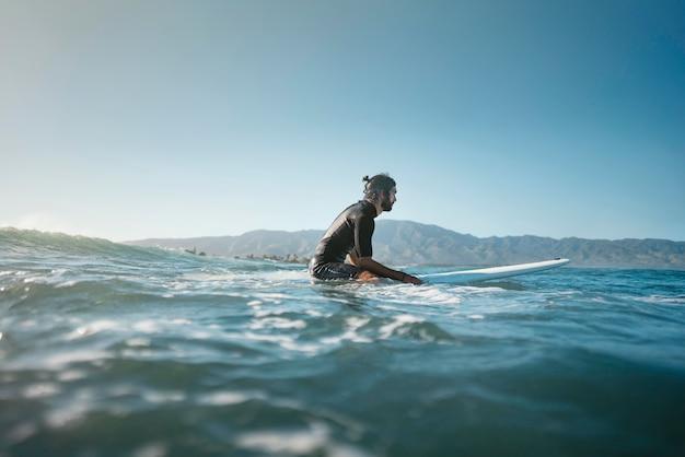 Длинный снимок серфера в воде Бесплатные Фотографии