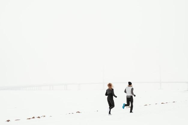 Длинные выстрелы людей, бегущих на открытом воздухе Premium Фотографии