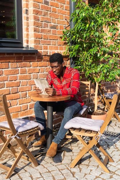 Campo lungo di lettura alla moda dell'uomo Foto Gratuite