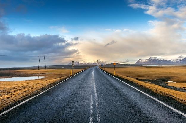 長くまっすぐな道と青い空、アイスランド。 無料写真