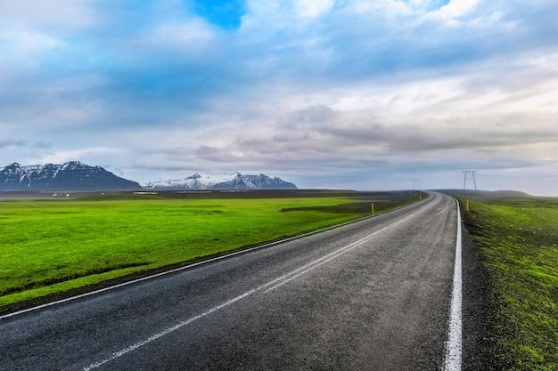 Длинная прямая дорога и голубое небо. Бесплатные Фотографии