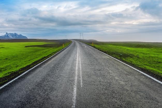 長くまっすぐな道と青い空。 無料写真