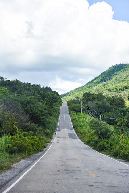 Длинная прямая дорога, ведущая в горы Premium Фотографии