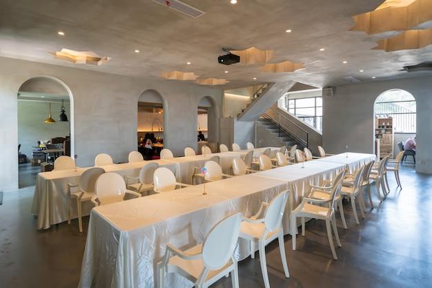 리조트 식당의 긴 테이블과 의자 프리미엄 사진
