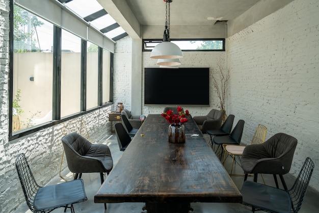 レストランの長いテーブルと椅子 Premium写真