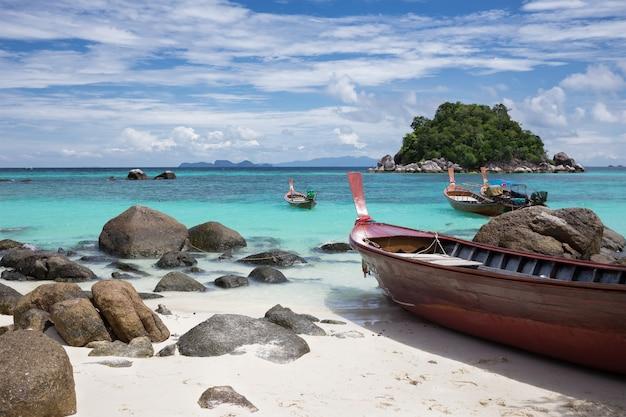 Longtails on sunrise beach, island lipe, thailand. Premium Photo