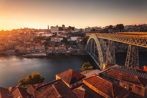 Посмотрите на порту с рекой дору и знаменитым мостом луиша i, португалия. Premium Фотографии