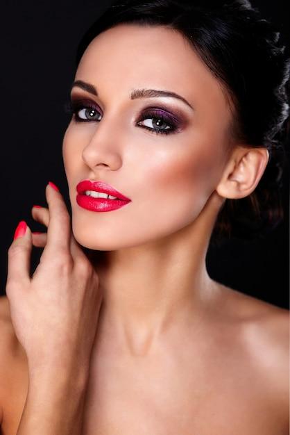 Высокая мода look.glamor крупным планом портрет красивой сексуальной кавказской модели молодой женщины с красными губами, яркий макияж, с идеально чистой кожей, сложенные Бесплатные Фотографии