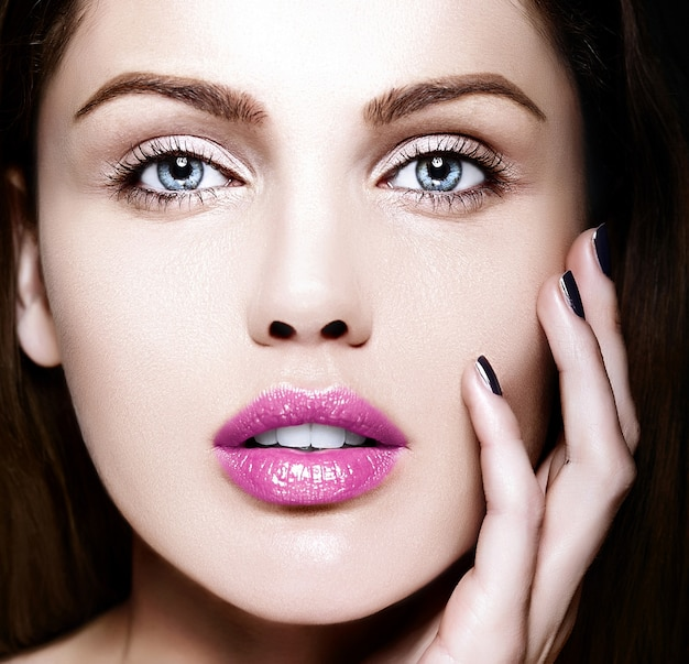 カラフルなピンクの唇と完璧なきれいな肌と裸化粧と美しい白人の若い女性モデルのファッション性の高いlook.glamorクローズアップ美容肖像画 無料写真