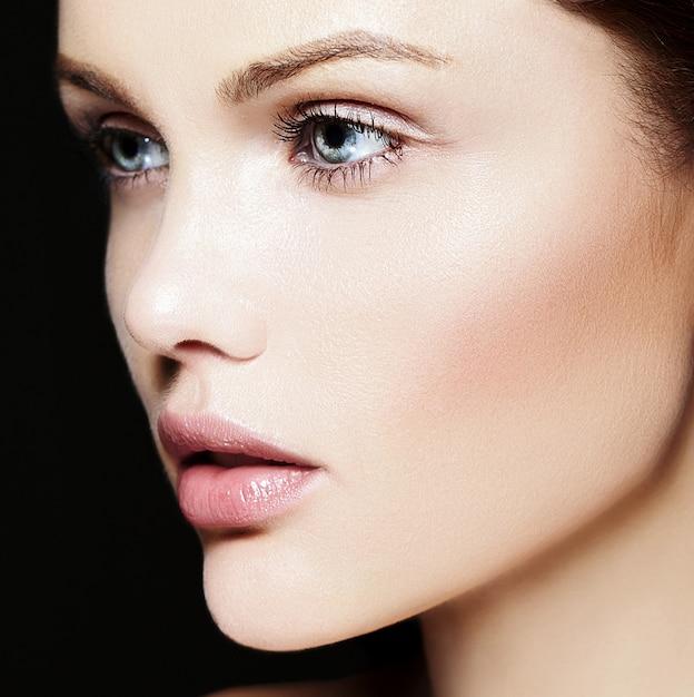 Высокая мода look.glamor крупным планом портрет красоты красивой кавказской молодой женщины модели с обнаженной макияж с идеальной чистой кожей Бесплатные Фотографии