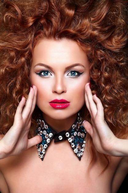 Высокая мода look.glamor крупным планом портрет модели красивая сексуальная рыжая кавказская молодая женщина с красными губами, яркий макияж, с идеально чистой кожей с украшениями, изолированных на черном Бесплатные Фотографии