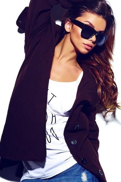 Высокая мода look.glamor стильная сексуальная красивая молодая брюнетка женщина модель летом яркая ткань битник в очках в пальто Бесплатные Фотографии