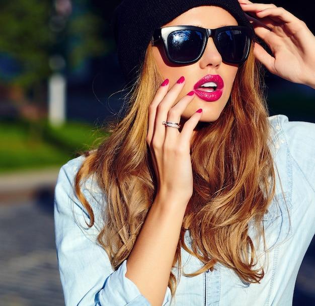 Высокая мода look.glamor образ жизни белокурая женщина девушка модель в повседневных джинсовых шортах ткани на улице на улице в черной кепке в очках Бесплатные Фотографии